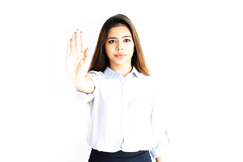 Sieviete izstiepj roku, apturošajā žestā