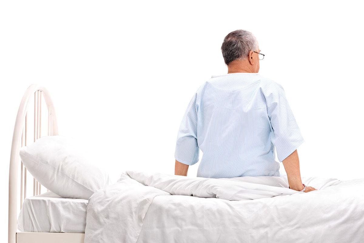 Pacients uz slimnīcas gultas